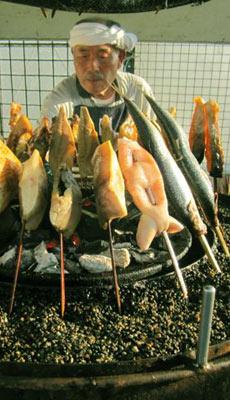 回転させながら炭火で魚を焼いてくれる