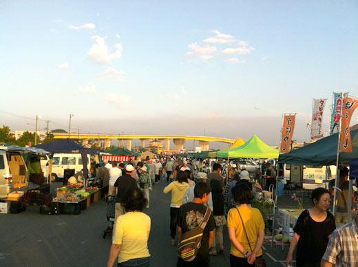 黄色の大きな橋は八戸大橋