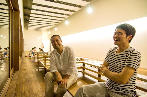 仏生山温泉のフリースペースで対談中