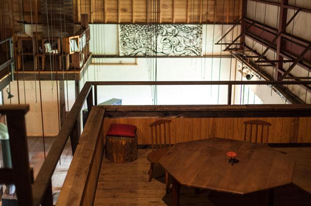 フリースペース2階のテーブル