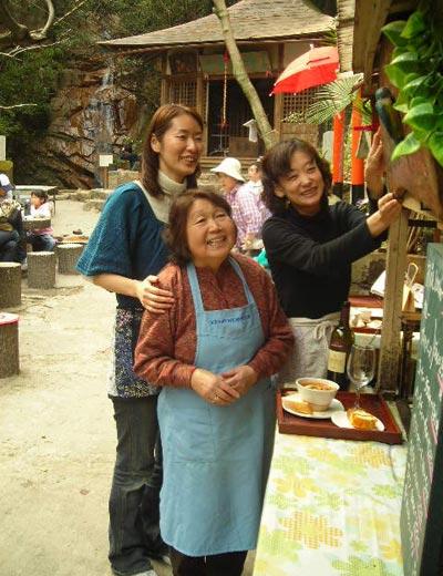 真ん中が大谷茶屋の大谷政子さん。六甲山カフェの船津智美さん、古家慶子さんと一緒に。