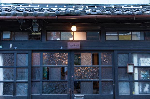 築何十年もの古い民家を改装したカフェや雑貨店が多い