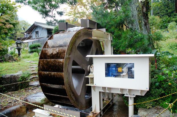 古民家の横に設置してある小水力発電の水車