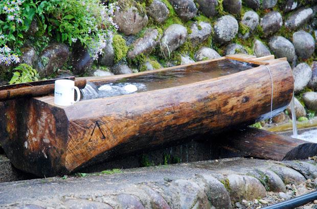 丸太がくりぬかれた水路