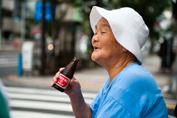 「これ飲むと元気になっからな!」 キューちゃんの差し入れでほっと一息