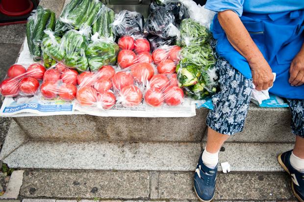 瑞々しい野菜が所狭しと並ぶ。トマト600円 なす200円 インゲン200円