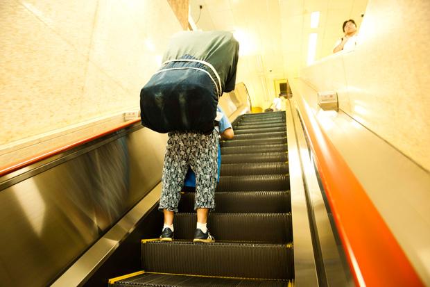 二段重ねの荷物は、石山文子さんの姿が隠れるほど巨大だ