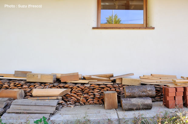 軒先に並べられた薪