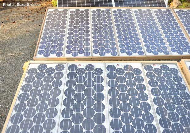 教室の目の前に置かれている太陽光パネル