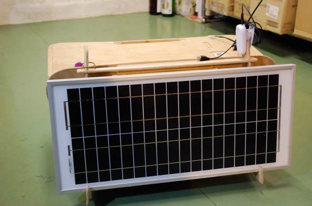 子ども用机。太陽光で発電した電気で勉強できる