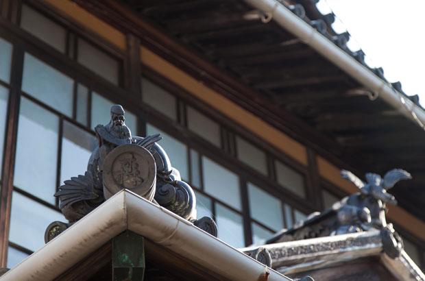 森さんが暮らす大崎上島の古い家の屋根瓦