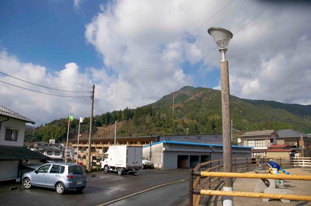 街路灯やちょっとした手すりなどにも、梼原町産材が使われている