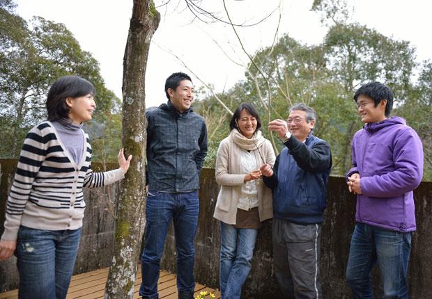 「夢産地とさやま開発公社」理事の大崎裕一さん(右から2番目)。ほかは土佐山アカデミーの面々(左から木下敦子さん、林篤志さん、内野加奈子さん、ひとりとばして山本堪さん)