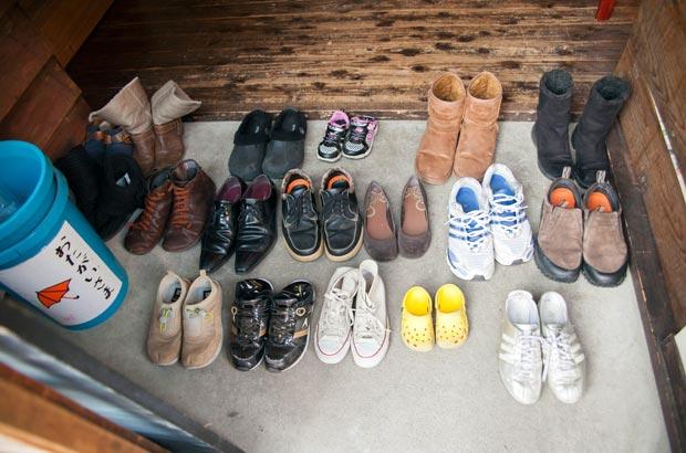 「芝の家」の入り口に並んだたくさんの靴