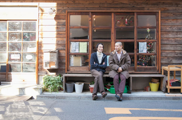 坂倉杏介さんと山崎亮さん。縁側で対談中