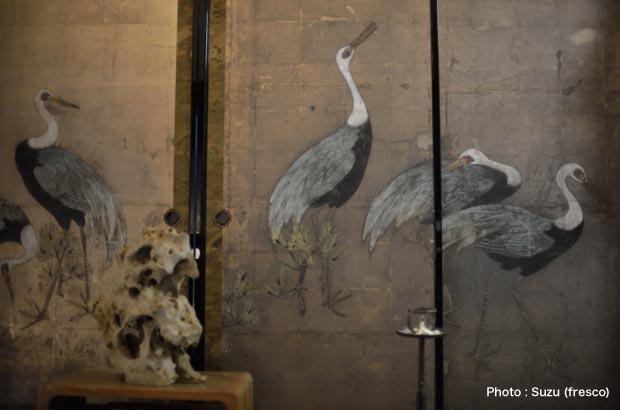 ふすまには、古美術品である屏風が貼り直されている