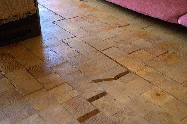 床に敷き詰められた木レンガ
