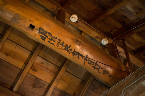 「KANEMATSU」の天井を支える太い梁