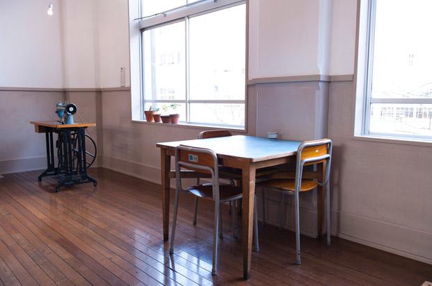 カフェ「穀雨」の机と椅子