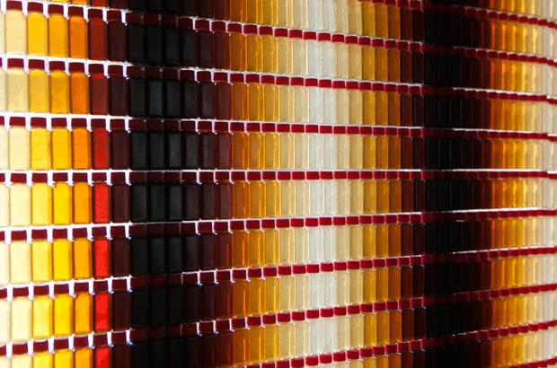 「醤油の壁」の美しい光のグラデーション