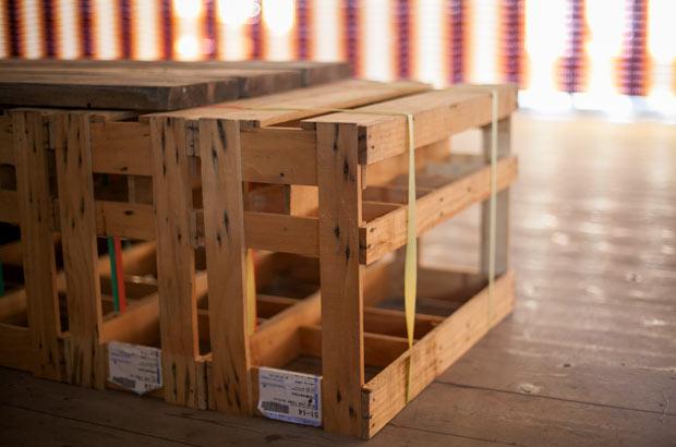 醤油の一升瓶を運ぶ木箱が、テーブルや椅子に