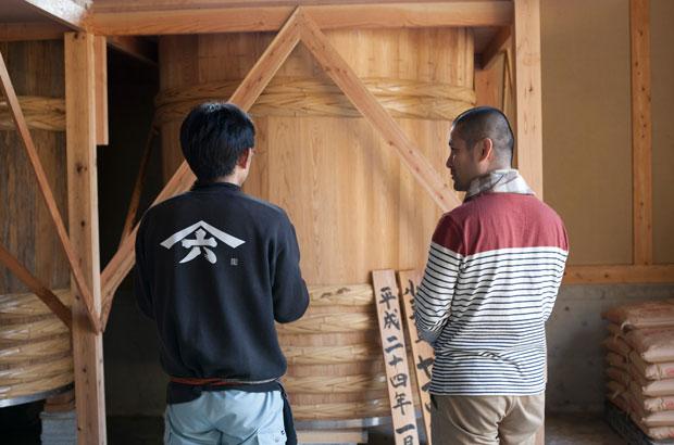 木樽の前で対談中