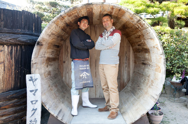 木樽の中で二人並んで写真を一枚