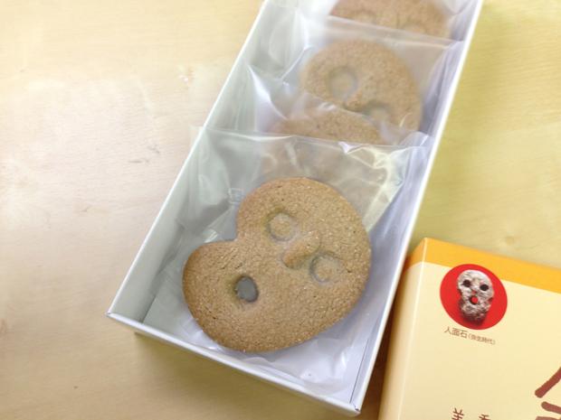 今日のおやつ:長崎県壱岐市の古代ロマンあふれる「人面石クッキー」|「colocal コロカル」ローカルを学ぶ・暮らす・旅する