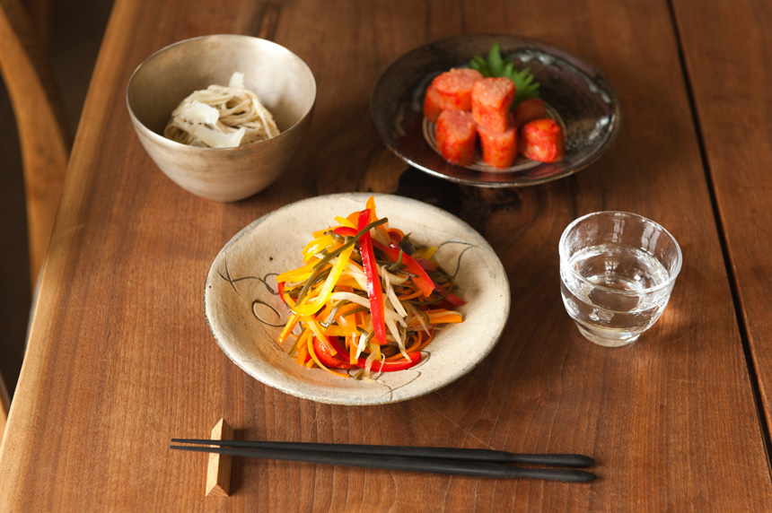 きょうのイエノミ 旅するイエノミ 日本酒と、辛子明太子&千切り野菜の酢醤油漬け&そばチーズ|「colocal コロカル」ローカルを学ぶ・暮らす・旅する