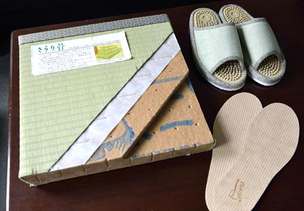 さらり畳のサンプルと、健康サンダルにインソール