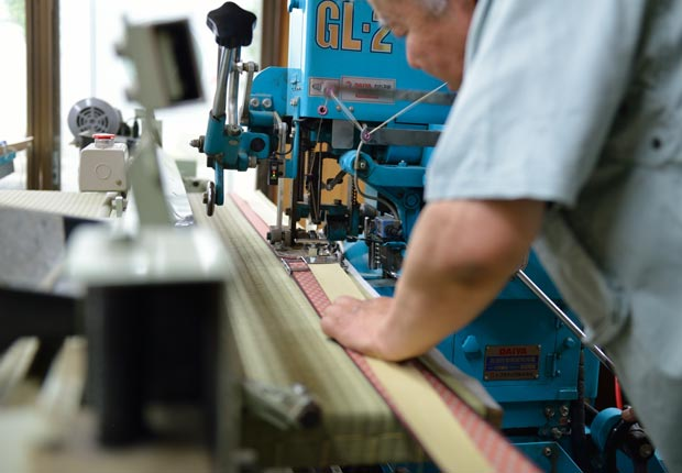機械をつかって縁を真っすぐに縫いつける