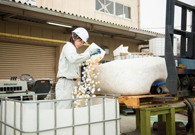 工場で働く社員には、若い女性の姿も多い