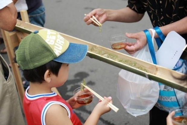 秋田県三種町は収穫量日本一!高級食材を贅沢に「流しジュンサイ」|「colocal コロカル」ローカルを学ぶ・暮らす・旅する