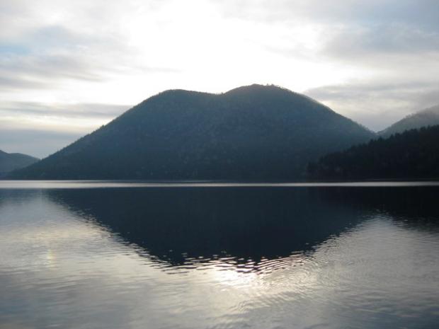 太古の自然が残る、北海道鹿追町の湖畔に出現。なかなか見られない唇山とは?|「colocal コロカル」ローカルを学ぶ・暮らす・旅する