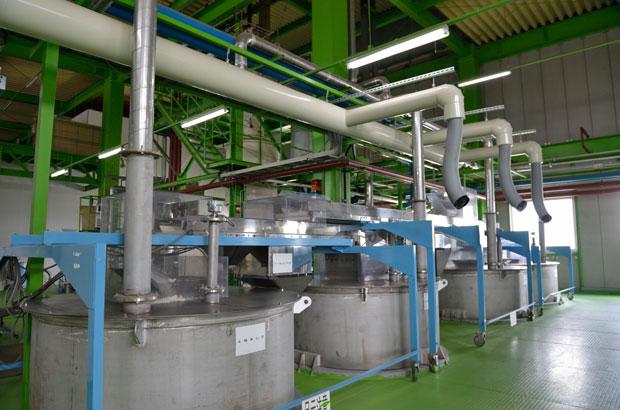 工場内に並ぶ釜