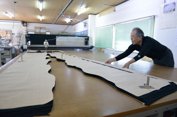 「経編み機」という特殊な機械で編み上げた生地