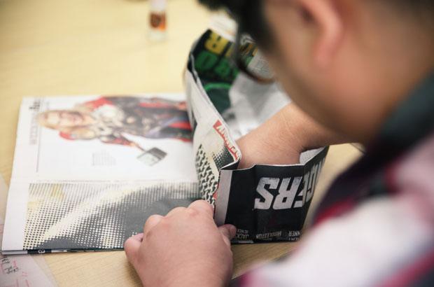 新聞バッグのマチを製作中