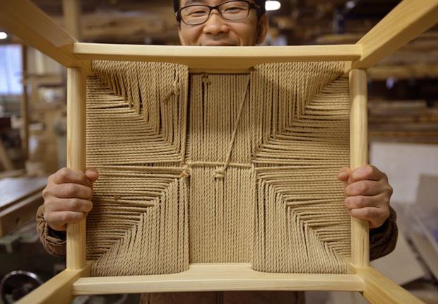 椅子の座る部分の手編み作業
