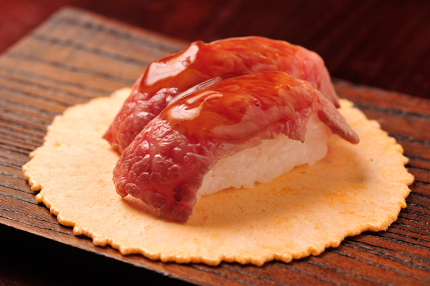 えびせんに乗った極旨寿司!食べ歩きできて最後まで美味しく ...