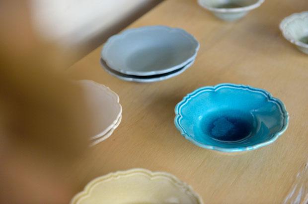 色付けされた輪花皿