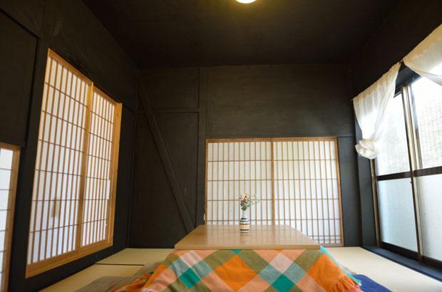 黒い壁は、灰と炭と和紙からできていて、防虫効果あり