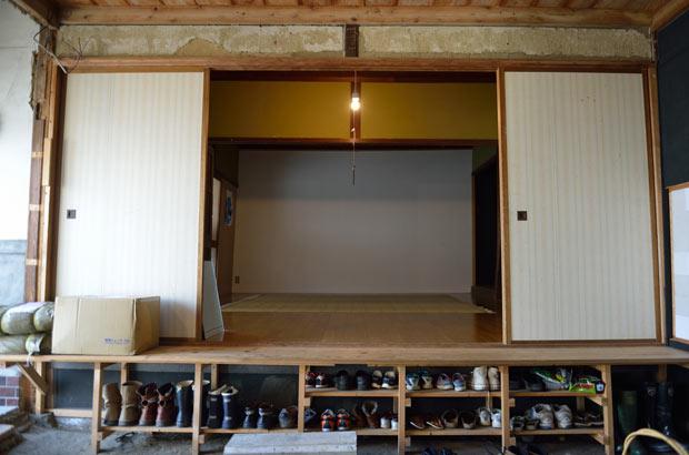 大量の靴をのりこえた先には白い大きな壁