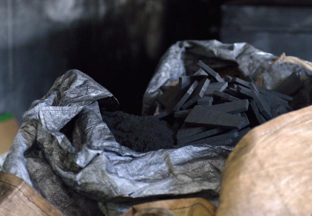 木炭と古紙セルロースの天然繊維