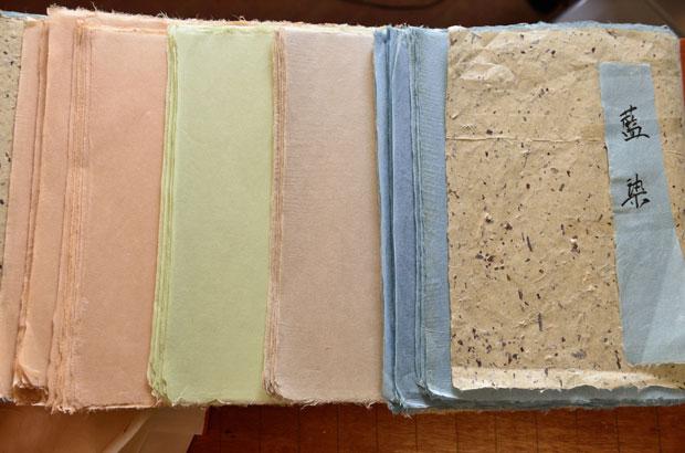 草木染めで染められた和紙