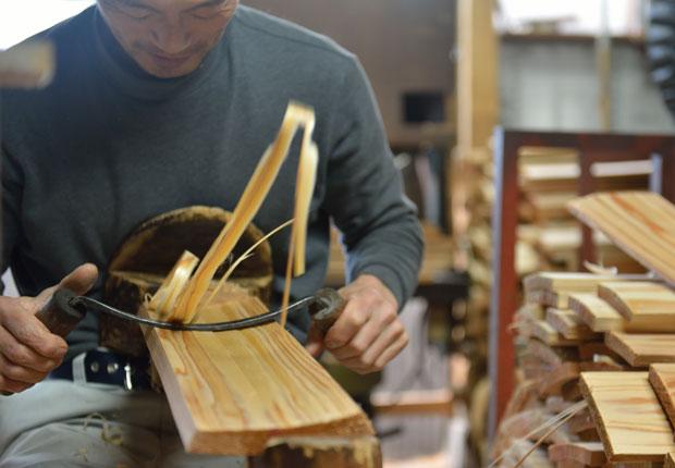 「銑(せん)」という特殊な刃物を使って、美しく削りあげる