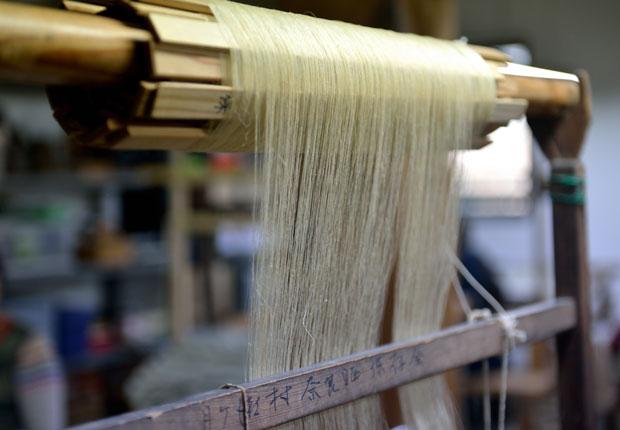 経糸、緯糸の両方を手作業で織り上げる