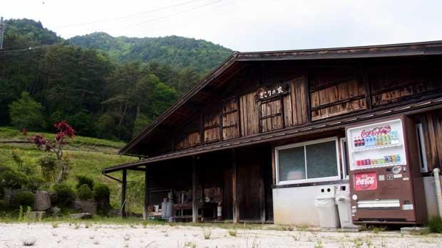 滝まで案内してくれる名物犬に仲間が増えた!美しい自然に囲まれた長野県南木曽「きこりの家」