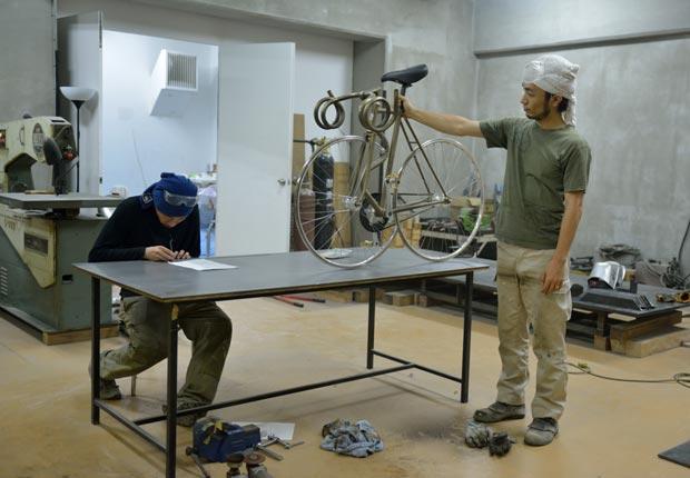 壊れた競輪用自転車をリサイクルし、ユニークなオブジェを制作