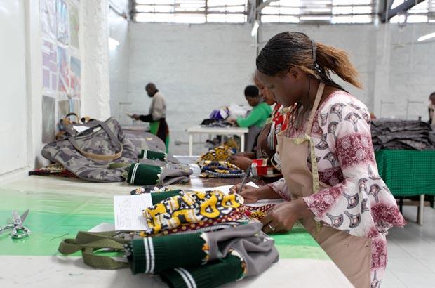 工場で作業中の女性