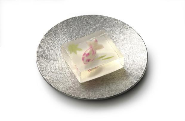 今日のおやつ:目にも涼しげ!金魚が泳ぐ「若葉蔭」ほか、和菓子の老舗「とらや」が生み出す夏の生菓子